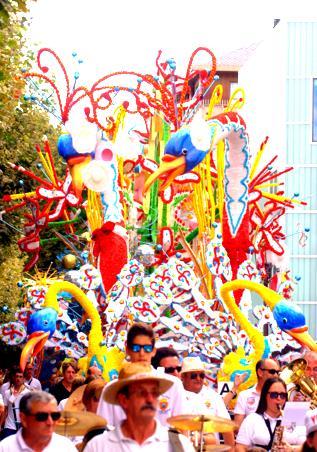"""Carroza """"Coqueteando"""", de López y Paco, proveniente de Castro Urdiales y ganadora de la Gala Floral de Torrelavega 2015"""