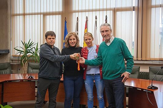 La alcaldesa de Polanco recibe a Irene Pelayo, campeona de España de Medio Maratón