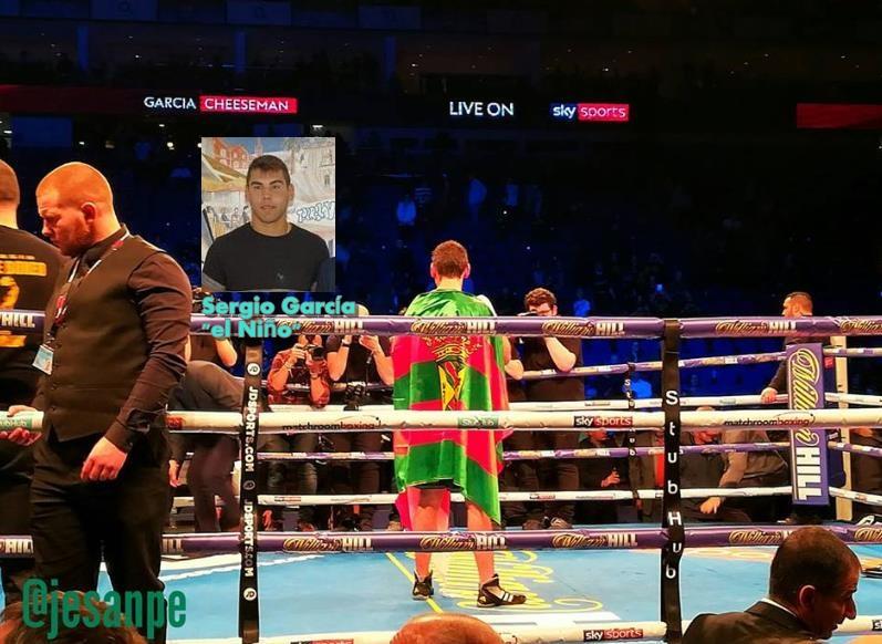 """El boxeador Sergio García """"El Niño"""" triunfa en Londres, envuelto en la bandera de Torrelavega - Foto cortesía del concejal de Deportes Jesús Sánchez"""