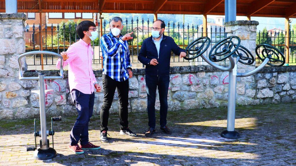 De izquierda a derecha Borja Sainz, Eduardo Trueba y José Luis Urraca- Viérnoles estrena una estación de ejercicio biosaludable junto al Centro Cívico